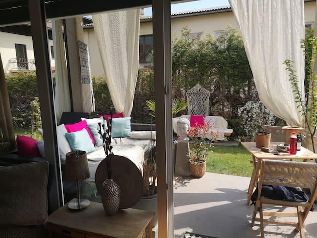 Modernes Studio mit Terrasse und Garten nah am See
