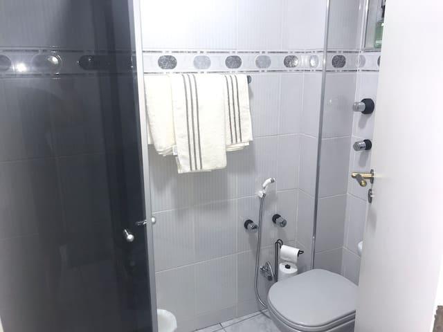 Banheiro com roupa de banho