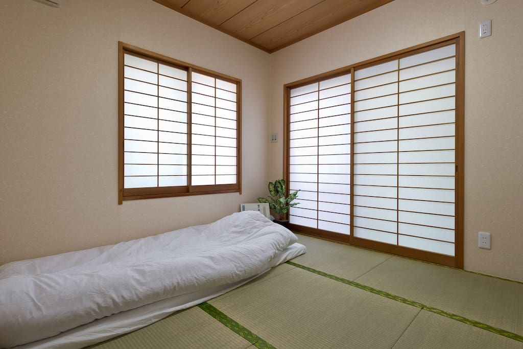 Tatami room for you,there is a big closet for you put your luggage.