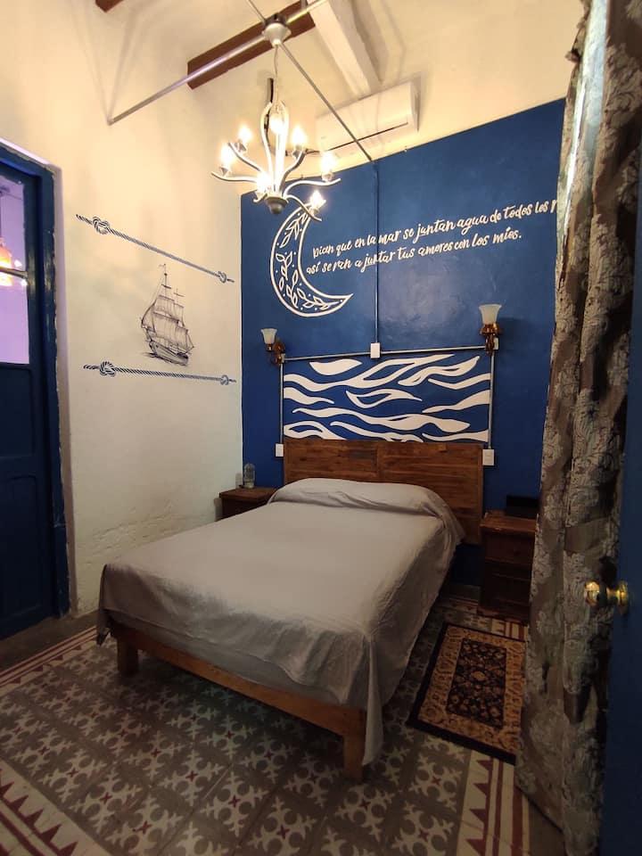 Habitación doble en hotel boutique cerca del mar.