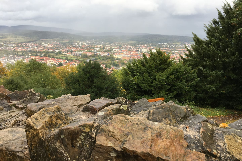 Hameln - Eine Perle im Weserbergland. Immer eine Reise wert! Blick vom Hamelner Hausberg Klüt auf die Stadt.