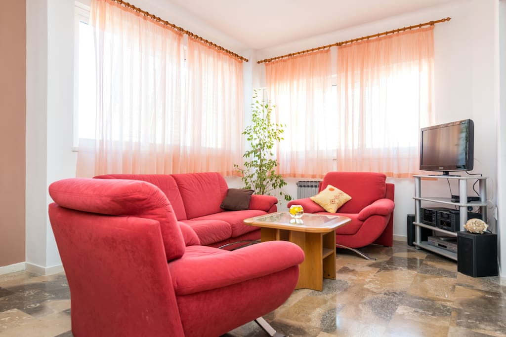 Living room with flat screen multimedia TV, AC, Wi-Fi