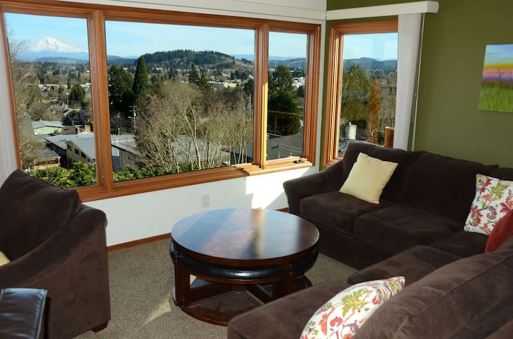 .Sunny 2BR Mt Tabor home w/ AMAZING Mt Hood view!