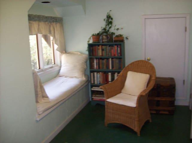 window seat in green room