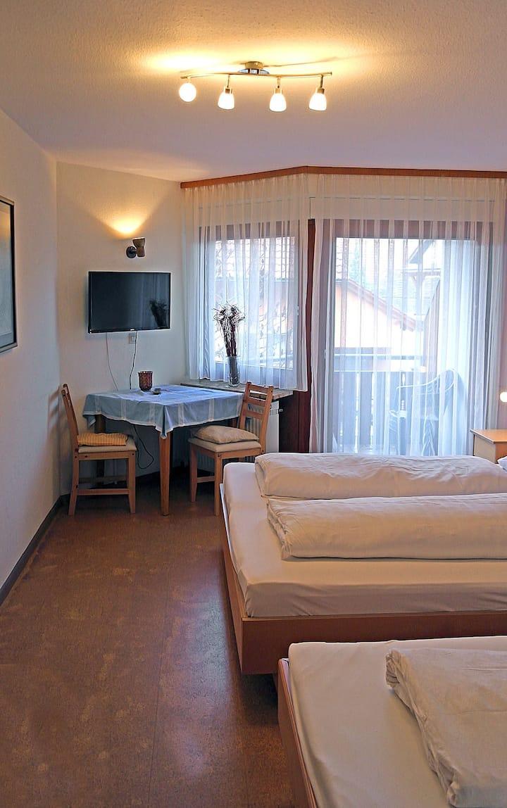 Gästehaus Eckenfels, (Ohlsbach), Dreibettzimmer mit Dusche und WC
