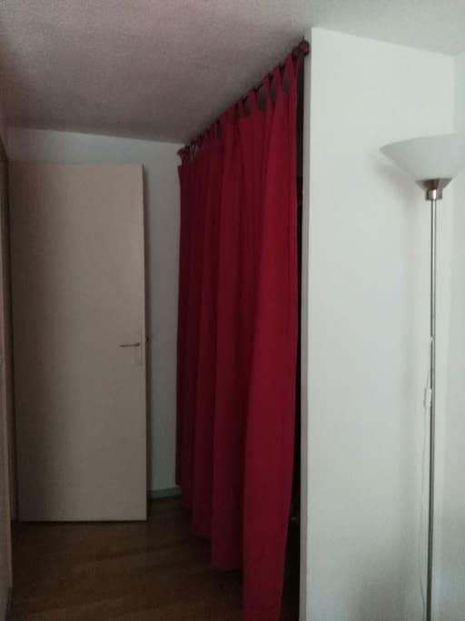 de grands rangements derrière le rideau à l'entrée