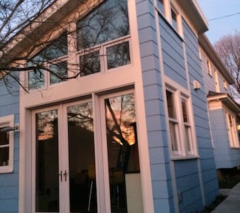 """The Getaway"" a modern cottage - Portland"