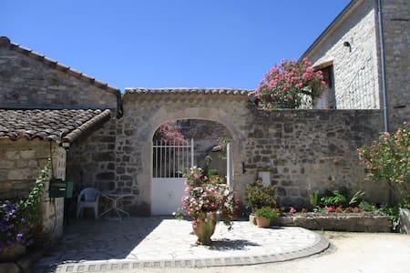 """Chambres d'hôtes """"les Monteils"""" - Guesthouse"""