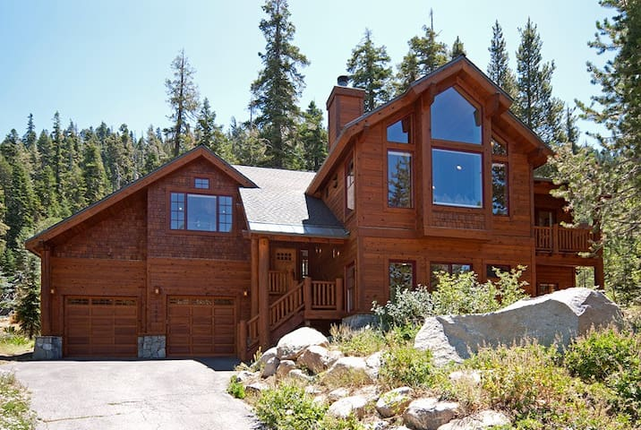 PineTrail Luxury 4 BR, Hot Tub & Sauna, Sleeps 11 - Alpine Meadows - Hus