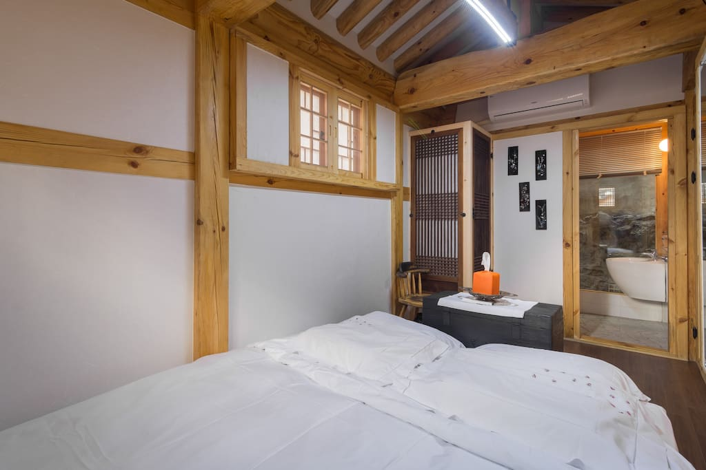 화장실을 이웃한 킹사이즈 침대방 (1. kingsize bedroom with toilet/shower room)