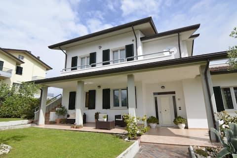 Rummelig villa med have i Gemmano
