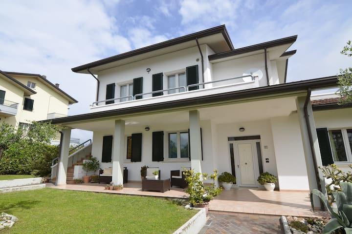 Ruim appartement met tuin in Gemmano
