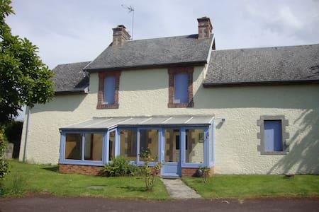 Lovely house in a quiet village - Saint-Sébastien-de-Raids - Rumah