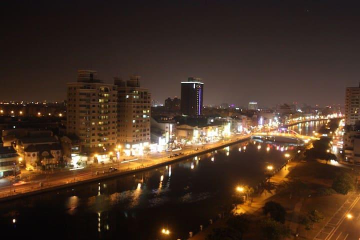 宿夜 安平 超級河景景觀 適合家庭或好朋有一起享受 可住八人 - 安平區 - Wohnung