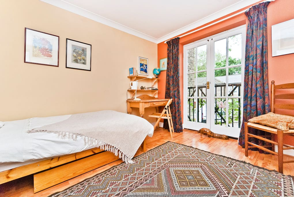 Airy room+ensuite in family house