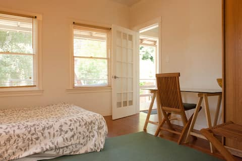Quiet Room in Friendly South Berkeley House