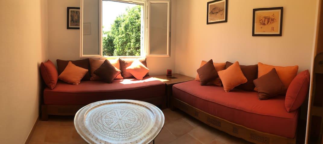 La seconde chambre du bas se compose de deux banquettes marocaines. Configuration petit salon, deux lits simples ou un lit double selon les voyageurs. Prévenez-nous de la configuration souhaitée avant votre arrivée !