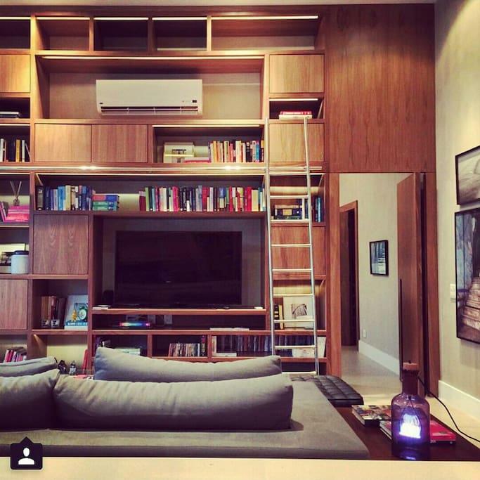Sala de estar e entrada para a suíte com closet