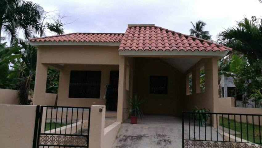 3 bedroom house - 10 minutes walk to the beach