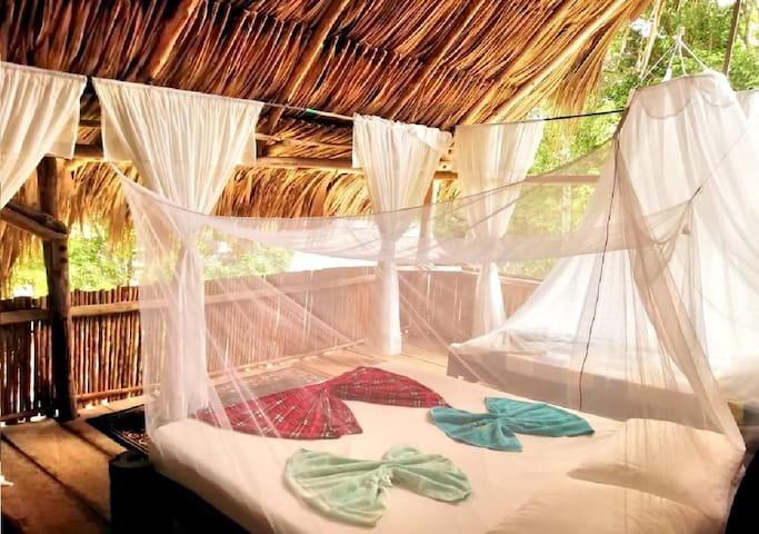 Habitación baño con cama supletoria