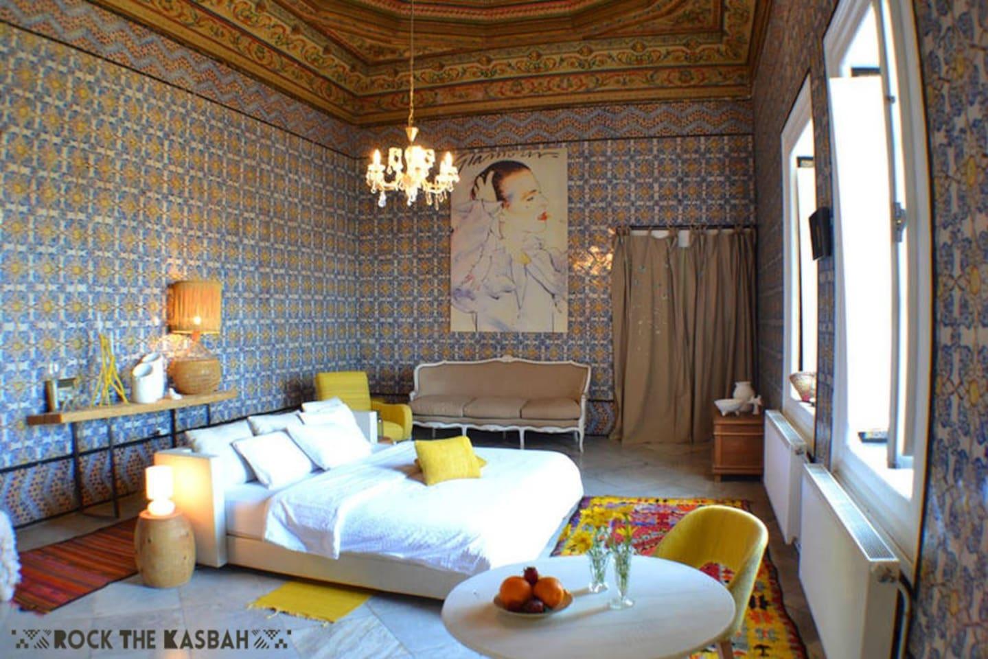 Suite principale de 45m2 pour 3 personnes, 90 euros la nuitée, avec chauffage central,climatisation, TV LCD,frigo...