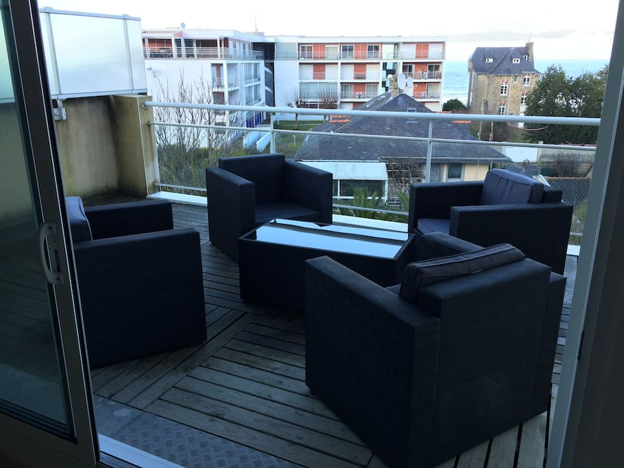 Terrasse avec salon de jardin moderne pour se detendre