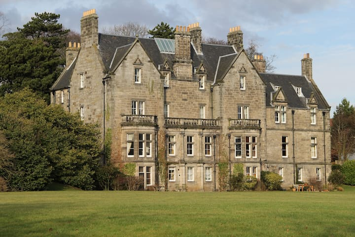 Luxurious Attic Apartment, Pitreavie Castle - Dunfermline - Lägenhet