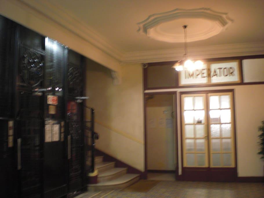 Entrée de l'immeuble avec loge concierge et 2 ascenseurs à l'ancienne