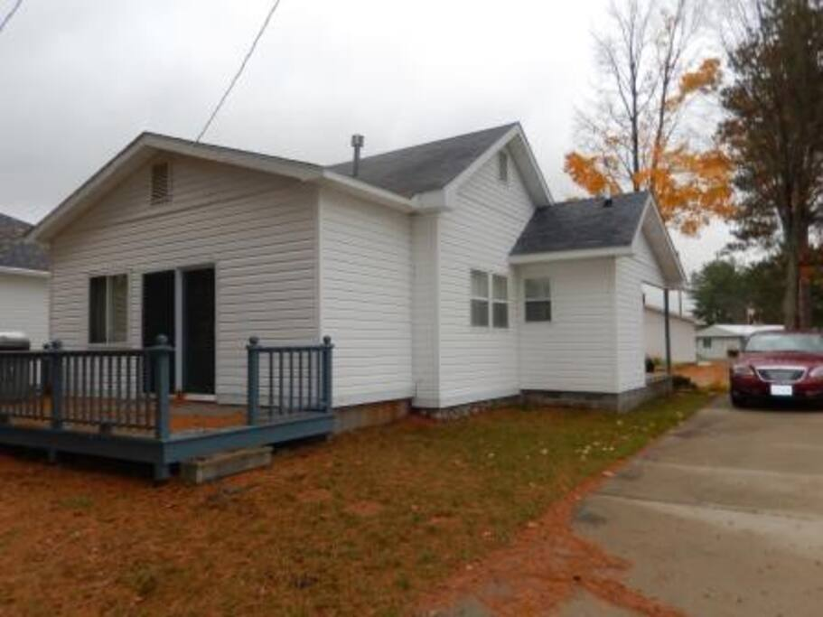 Nice 2 bedroom home on a lake houses for rent in gaylord for 7 bedroom house for rent in michigan