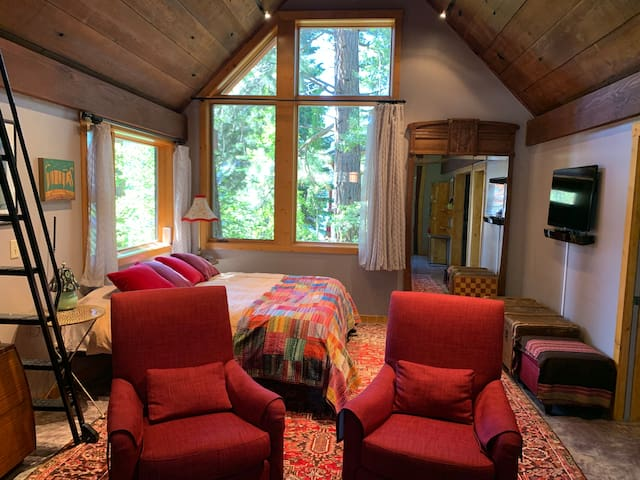 King size bed and tree house view to lake