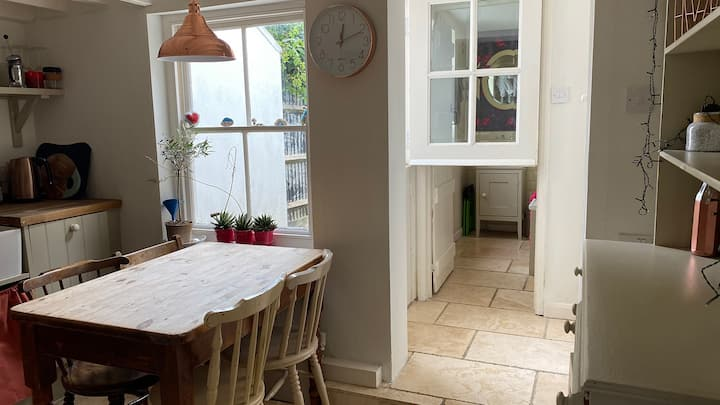 Cosy fisherman's Cottage, 5 mins walk to the beach