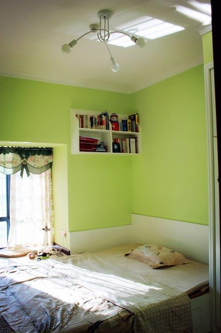 房间大概的样子,房东想要伪装成有文化貌似也书架都堆不满。。。。。。