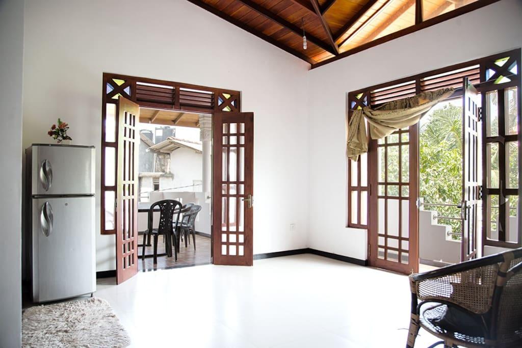 Vorraum mit Zugang zum Balkon und Kühlschrank