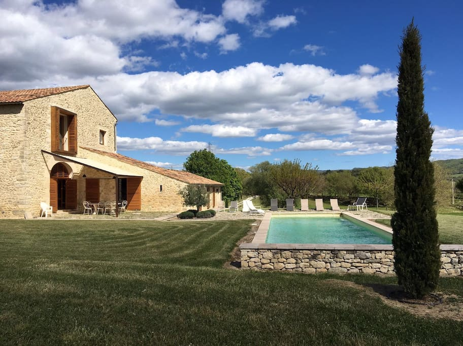 The rent price includes the maintenance of the garden and the swimming pool, as well as a housecleaning service per week ( in addition with that of the check in)