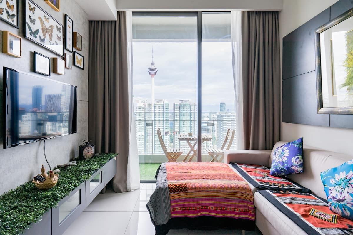 Inspiring Skyline Views from a Tranquil Apartment