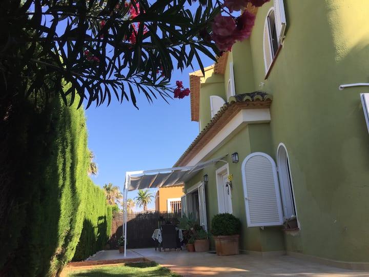 La casita verde de la playa de Oliva