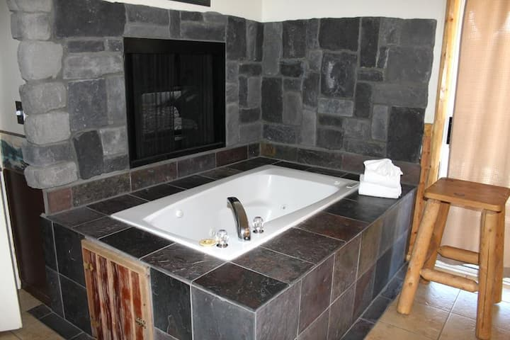 Fireside Spa Suite w/Lake view  Walk To Village