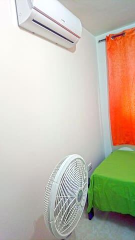 Habitación # 3: Habitación sencillo con 2 camas individuales, Armario, Aire Acondicionado y Ventilador.