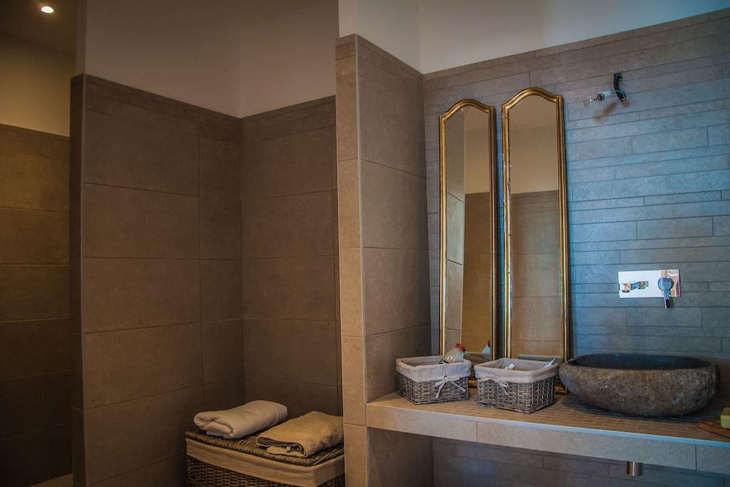 Salle de bains plein pied indépendante des wc