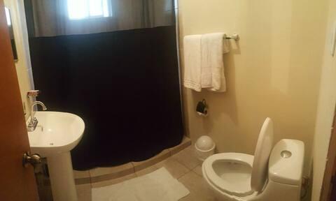 Baño con muncho espacio y muy limpió