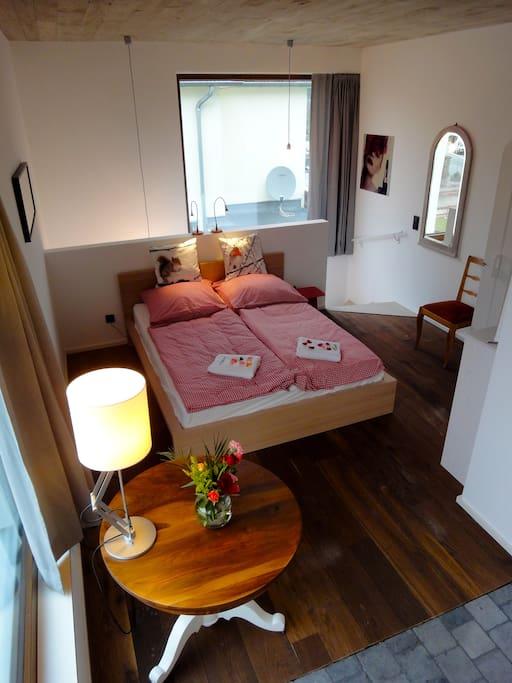 Doppelbett, Küche, Bad mit viel Licht in ruhiger Umgebung