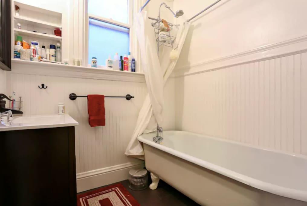 The clawfoot tub!