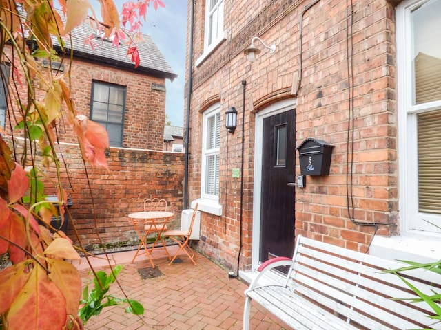 BRICKWORKS COTTAGE, romantic, with a garden in Chester, Ref 953603