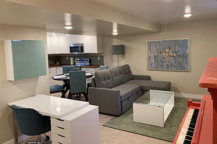 Newly Renovated Mid Century Guest Suite