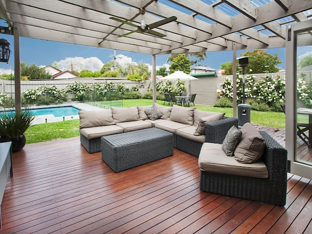 Sunny, family-friendly with pool - Bentleigh East - House