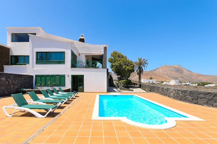 Spectacular Villa Near National Park with Pool, Terrace, Mountain Views & Wi-Fi; Parking Available