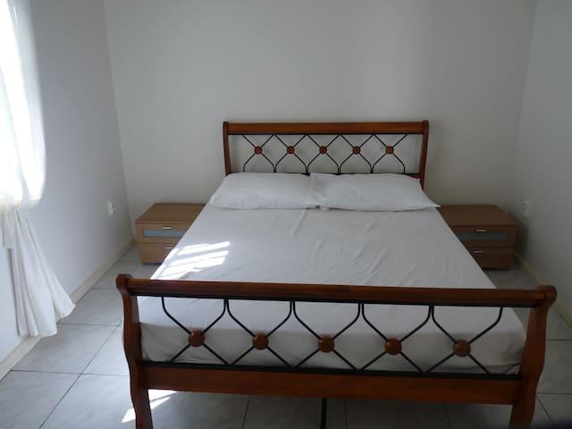 Appartement A slaapkamer 2 met airco, 2-persoons bed en nachtkastjes