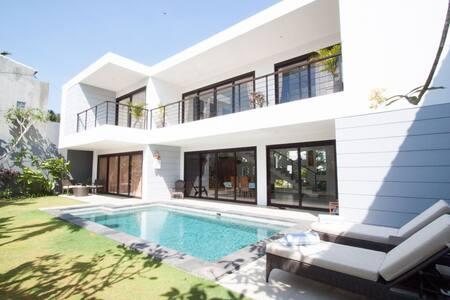 Room type: Entire home/apt Property type: Villa Accommodates: 6 Bedrooms: 3 Bathrooms: 3.5