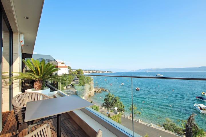 Delux Villa Blue on the seaside; pool, garage; spa