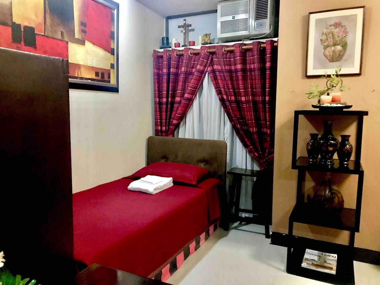 The Unit has one single-bed and another floor mattress for the 2nd guest.